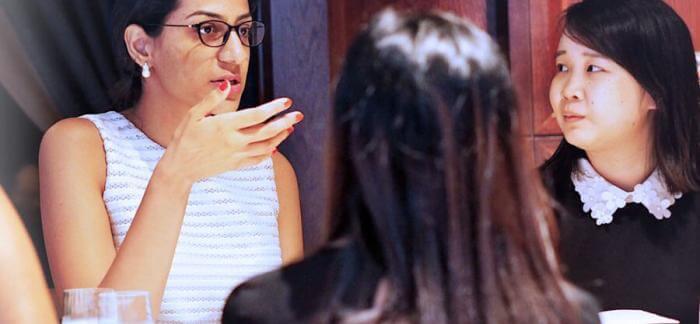 Mujer hablando en una mesa de conferencias