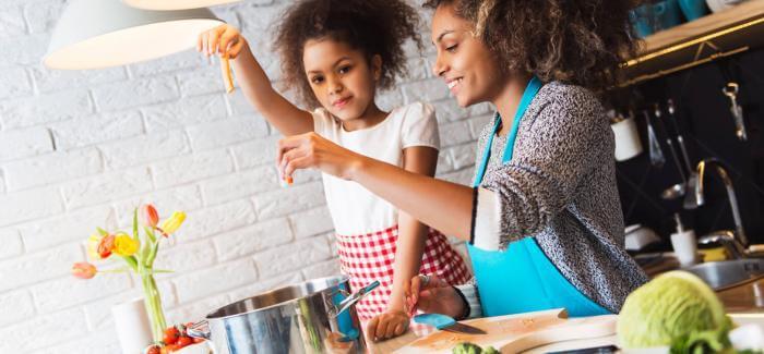 Madre e hija preparando una comida