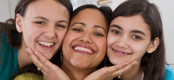 Mujeres de distintas edades sonriendo
