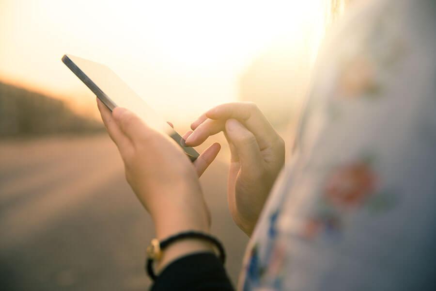 Imagen de una mujer sosteniendo un smartphone.